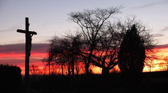 Croix sur fond de lever de soleil