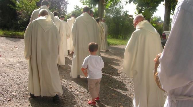 Pour le 25e dimanche ordinaire B, procession des moines de Maylis avec un enfant