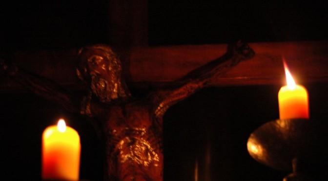 Visage du Christ en croix et bougies pour la Semaine Sainte C