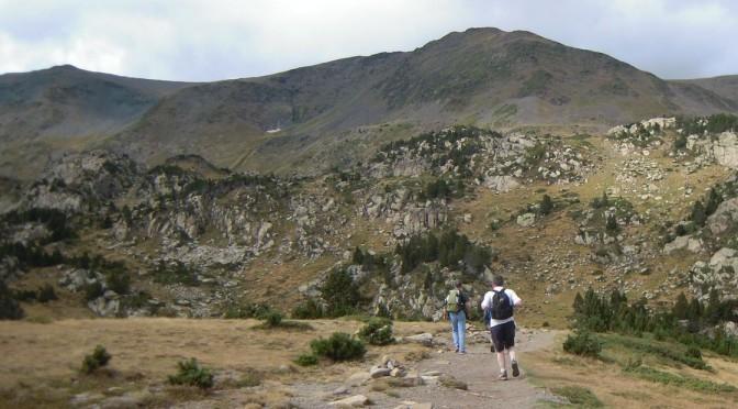 personnes marchant dans la montagne